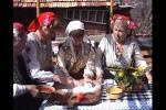 Бабите помагат на момиче да омеси хляба за Благовец