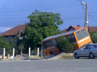 """Автобусът силно наклонен върху """"възглавница"""" от чакъл"""