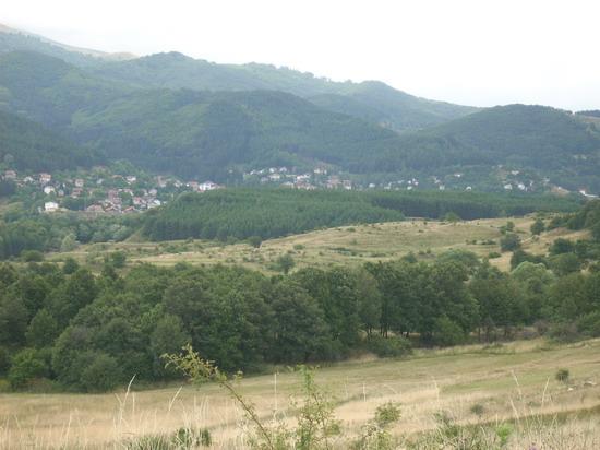 Между хълмовете