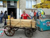 Юли - управителят на ресторант Витоша, позира с новата си придобивка - автентично изработена каруца.