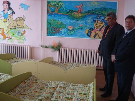 Кметът Красимир Трайков и зам. кметът на Перник Иван Джегалски разглеждат сполнята в дена на откриването на детската градина