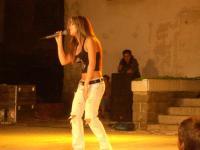 Пее със страст