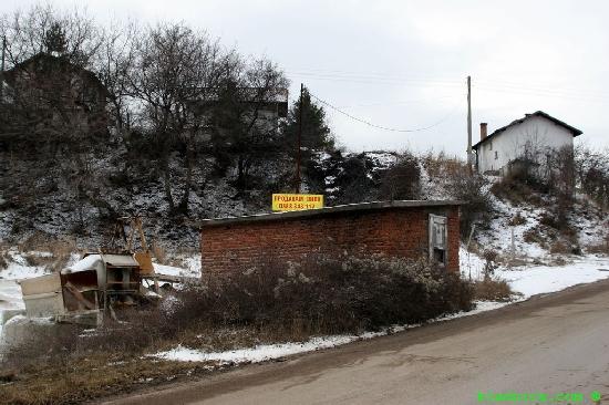 Яровец - бетонов възел в началото на селото